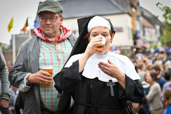 Ook een non weet hoe je een pintje in één keer binnenkapt.