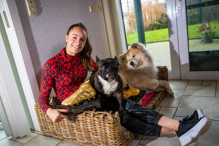 """In Wielsbeke, met twee Schoenen en twee honden: Omer en Chouffe. """"Nog eens naar het buitenland of dichter bij huis spelen? Voor die keuze sta ik."""""""