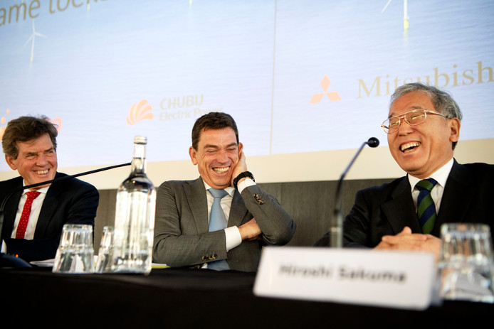 De Rotterdamse wethouder Arjan van Gils, Ruud Sondag (Eneco) en Hiroshi Sakuma (Mitsubishi).