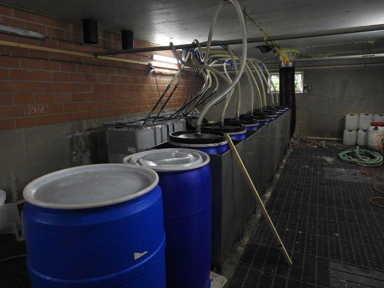 In de stallen waren verschillende productieruimtes voor synthetische drugs ingericht