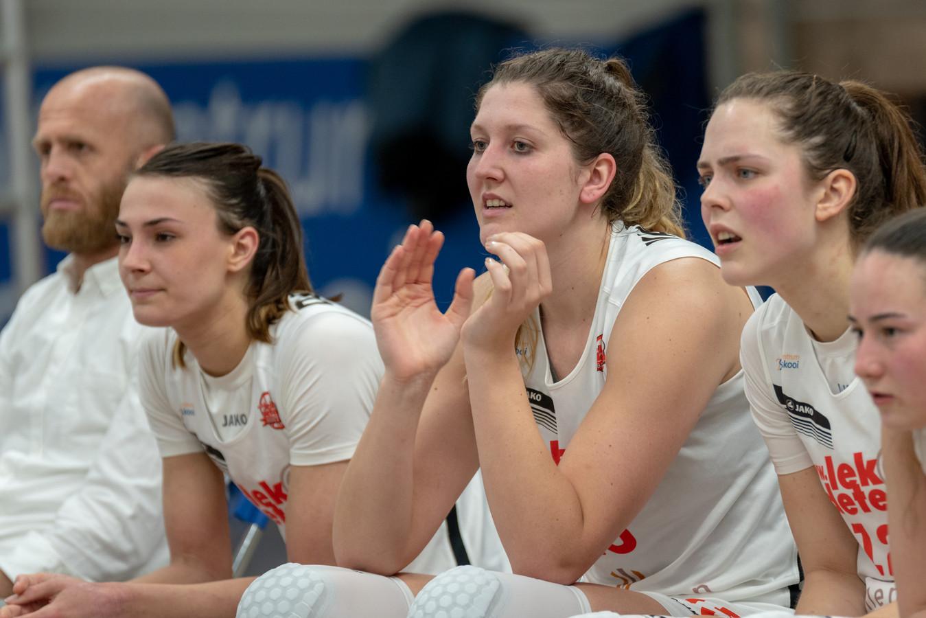 Lisanne de Jonge, Richelle van der Keijl en Katoo Koenen. tijdens Lekdetec Batouwe-Martine Sparks.  De Bemmelse basketbalsters wonnen eenvoudig, maar  zijn zo goed als kansloos voor een plek in de play-offs.