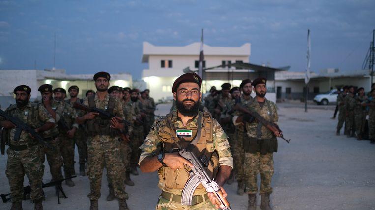 Soldaten van het Syrische leger aan het front bij de grens met Turkije. Zij ondersteunen de Turkse troepen bij het offensief tegen de Koerden in Noordoost-Syrië. Beeld EPA