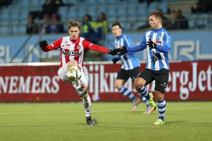 Dennis Janssen (FC Oss) controleert de bal in duel met Wimilio Vink.