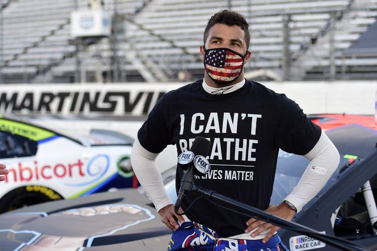Bubba Wallace draagt de tekst 'I Can't Breathe' onder zijn racepak, een verwijzing naar de woorden van Eric Garner, die in 2014 stierf in de wurggreep van een agent in New York. Beeld AFP
