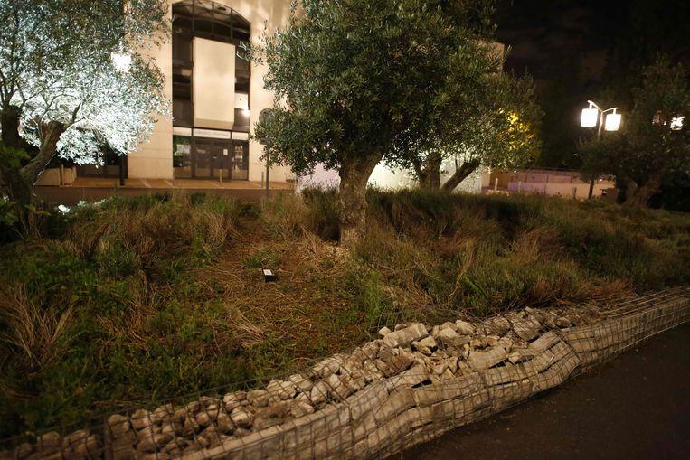 De terreinwagen ramde onder meer een muur van betonblokken en stenen naast de moskee in Créteil, en ook een auto. Beeld AFP