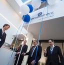 Namens de Nederlandse regering opende minister van Volksgezondheid Bruno Bruins (VVD, links met schaar) op 9 januari het tijdelijke hoofdkantoor van de Europese geneesmiddelenautoriteit EMA.