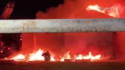 Brandweerman kan wegkruipen nadat ingestort dak op hem belandt