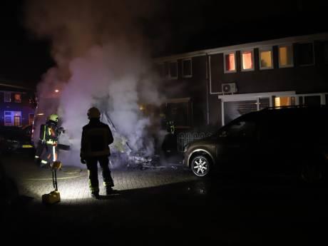 Politie: autobrand in Goudse Karekietstraat is aangestoken
