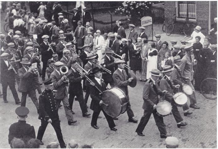 De Harmonie Wierden in 1924 bij een rondgang door het dorp.