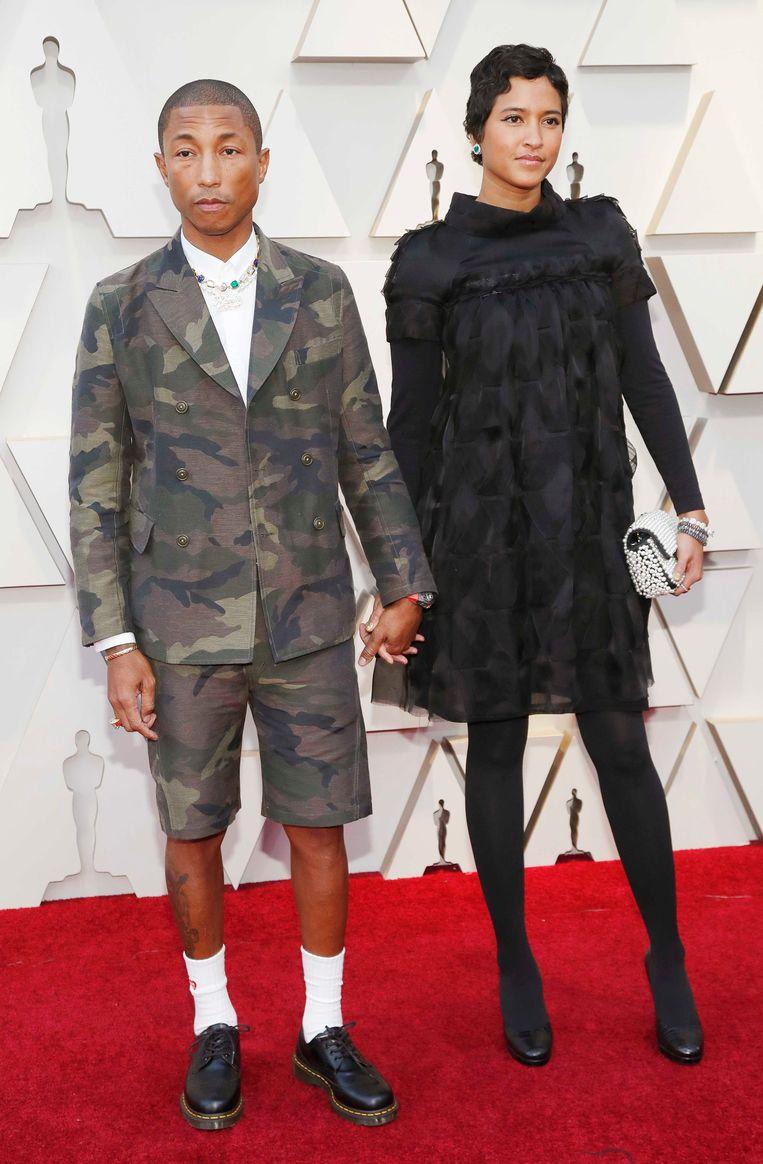 Volgens onze Hollywoodredactrice Kristien is het bloedheet op de rode loper in Los Angeles, maar dat is geen excuus om een short in camoprint en witte sokken aan te trekken, Pharrell Williams!