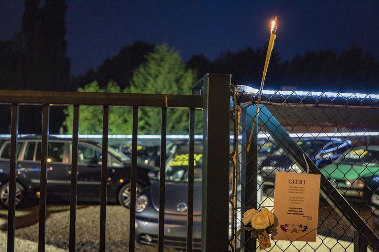Aan de poort van het autoplein werd Geert herdacht met een bloemetje en een kaarsje.