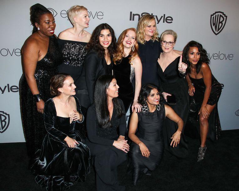 Tarana Burke (links bovenaan) poseerde in het zwart op de Golden Globes in het teken van #MeToo.