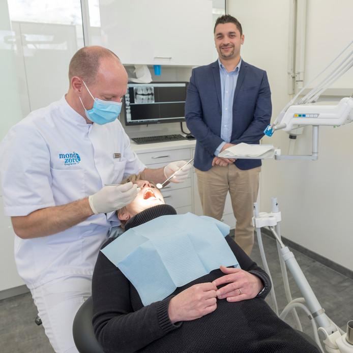 Manager Majir Makkor in de operatiekamer, waar tandarts Ivan Vanneste praktijkmanager Diane van Leeuwen 'onder tanden neemt'.
