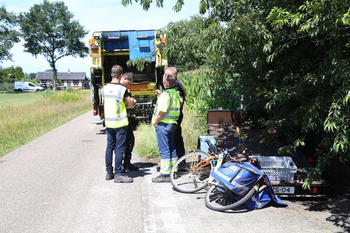 Een fietser raakte gewond toen hij werd aangereden door een vrachtwagen in Schaijk.