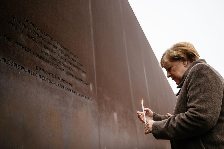 Merkel steekt een kaars aan op de dertigste verjaardag van de val van de Berlijnse Muur.
