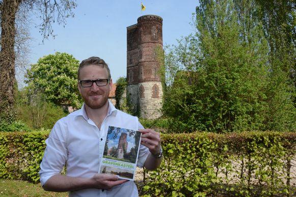 Auteur Kevin Poschet met zijn boek over de Graventoren.