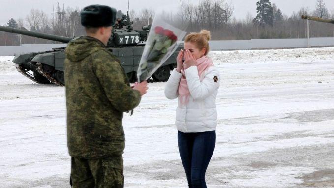 Man vraagt vriendin ten huwelijk met legertanks