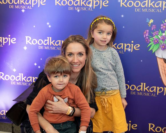 Journaalanker Hanne Decoutere liet het harde nieuws links liggen en genoot samen met kinderen Anna en Vincent van een sprookjesverhaal.