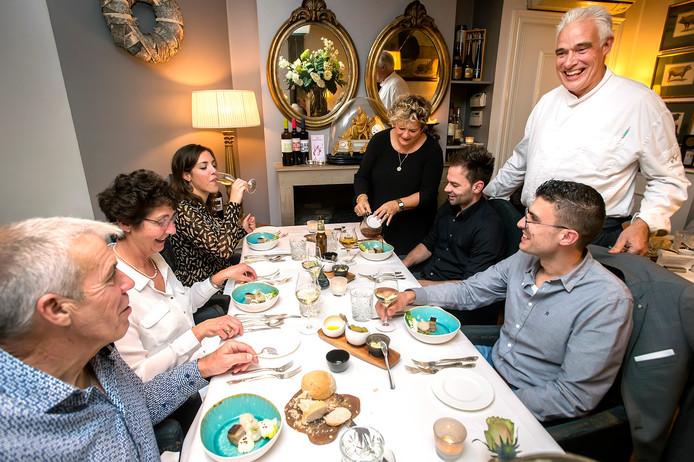 Jan en Pauline van der Sluijs aan tafel bij hun gasten.