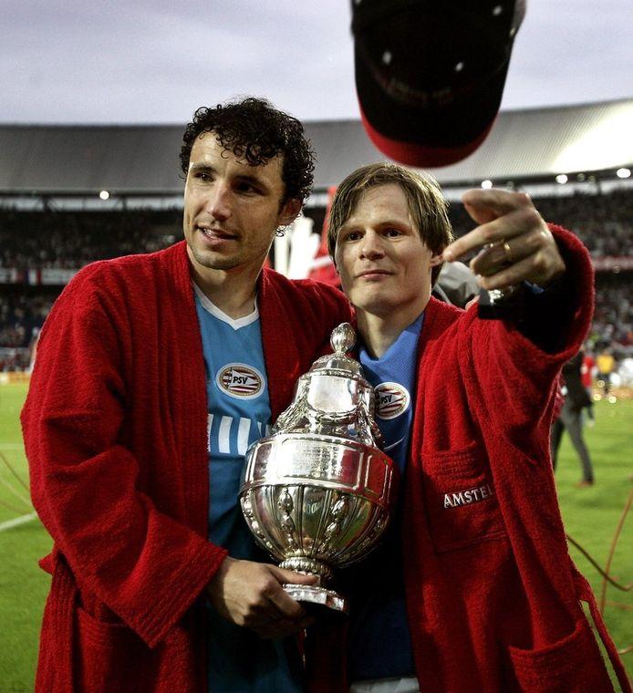 Mark van Bommel en Johann Vogel bij de laatste bekerwinst van PSV, in 2005.