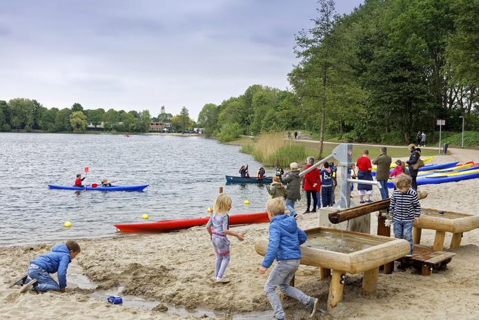 Activiteiten tijdens de heropening van de Tijningenplas in Zaltbommel. Mensen kunnen er nu zwemmersjeuk oplopen.