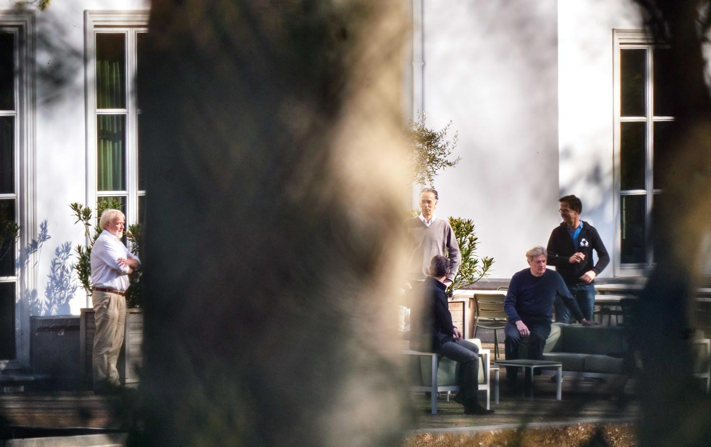Jaap van Dissel, directeur van het Centrum Infectieziektebestrijding van het RIVM, minister Martin van Rijn voor Medische Zorg en premier Mark Rutte zijn in de tuin van het Catshuis voor overleg over de coronaciris.