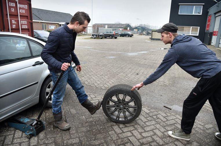 1-4-2018, Nederland, DreumelJongeren en hun auto. auto; autoverzekering; jongeren; jong; auto rijden; wiel; autowiel; foto Marcel van den Bergh Beeld Marcel van den Bergh