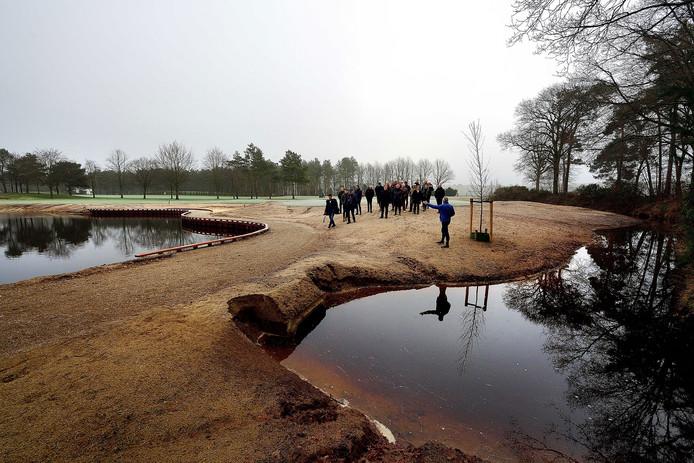 Bij Golf Wouwse Plantage nemen vertegenwoordigers van de club, de gemeente Bergen op Zoom en Waterschap Brabantse Delta een kijkje bij de ecologische verbindingszone die natuurlijk overvloeit in het golfterrein.