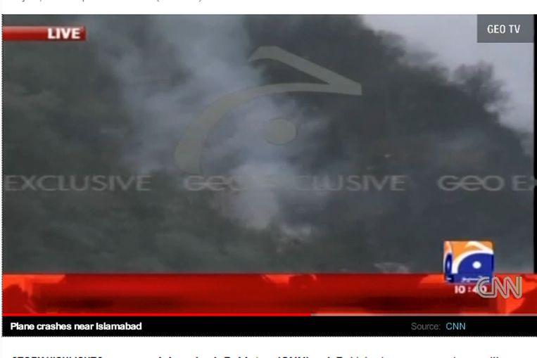(onduidelijk) beeld van de plek waar het vliegtuig neergestort is (screenshot cnn.com) Beeld