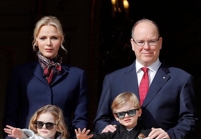 Le prince Albert II de Monaco, son épouse et leurs deux enfants