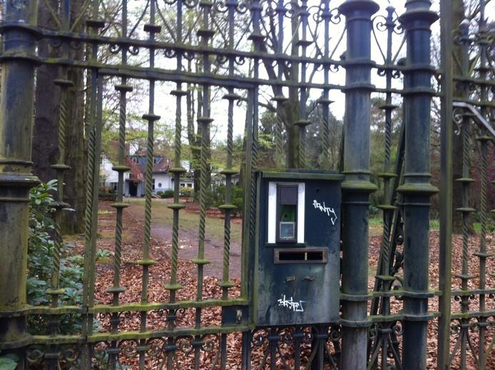 De hekken zijn inmiddels weer gesloten van de villa die ooit werd bewoond door de Tilburgse drugsbaron Antonio Brizzi.