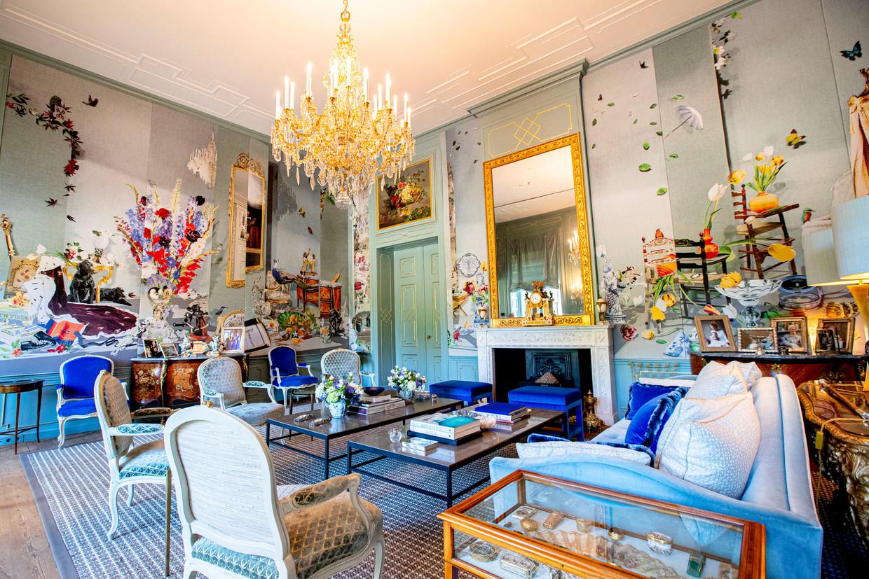 De Blauwe Salon, waar belangrijke voorwerpen uit het leven van het koningspaar tot stillevens zijn verwerkt op panelen. Beeld ANP