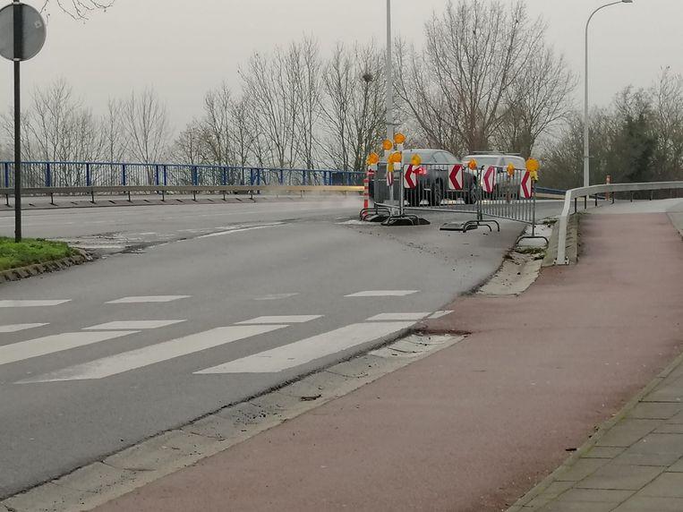 De nadars op bovenstaande foto zijn ondertussen weg. De brug is weer toegankelijk.