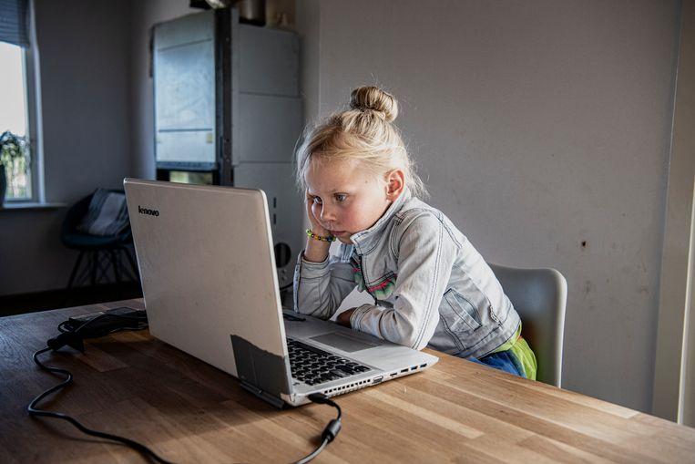 Lieke kijkt naar een voorleesfilmpje van haar oma.  Beeld Koen Verheijden