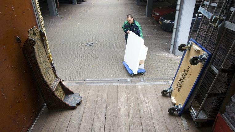 Een verhuiswagen wordt uigeladen Beeld null