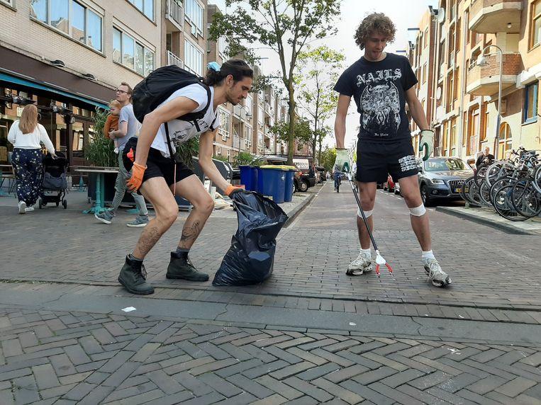 Ook in Amsterdam werd veel zwerfvuil van straat gehaald. Beeld Marc Kruyswijk
