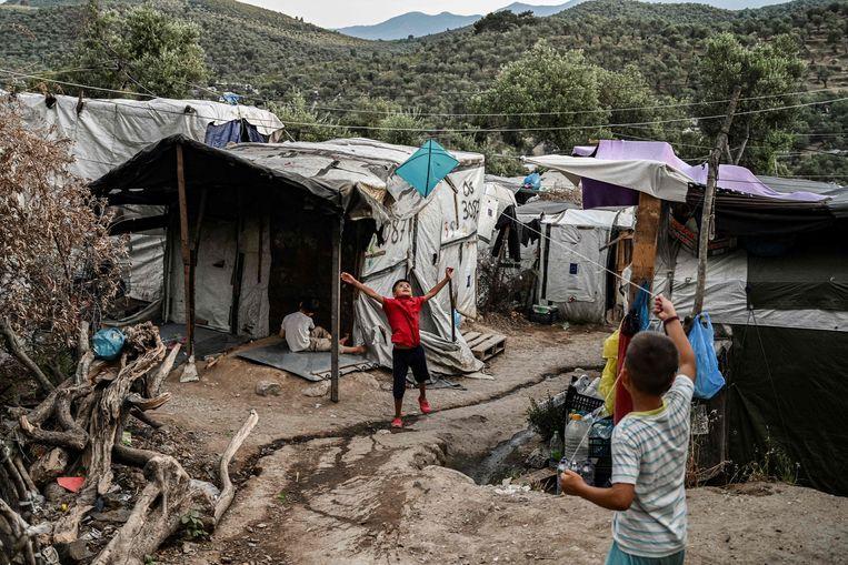 Twee jongens die aan het spelen zijn in een migrantenkamp op Lesbos.