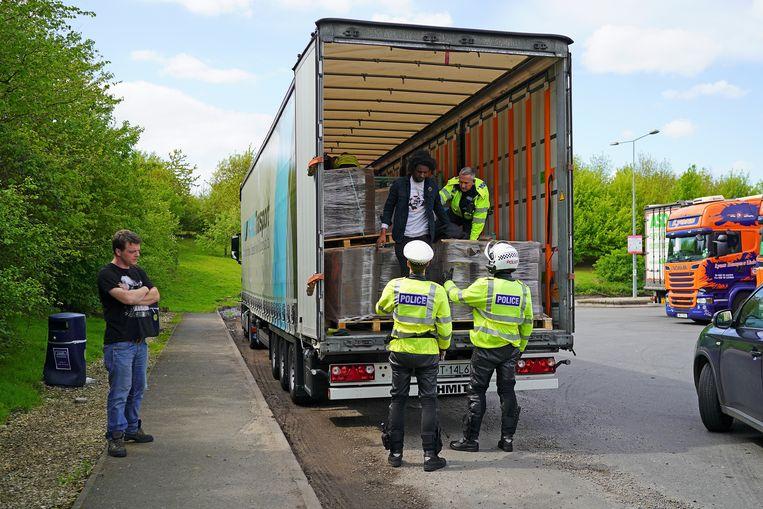 De politie in Oxford arresteert twee mannen die verstopt in een Poolse vrachtwagen naar Engeland zijn gereden.  Beeld null