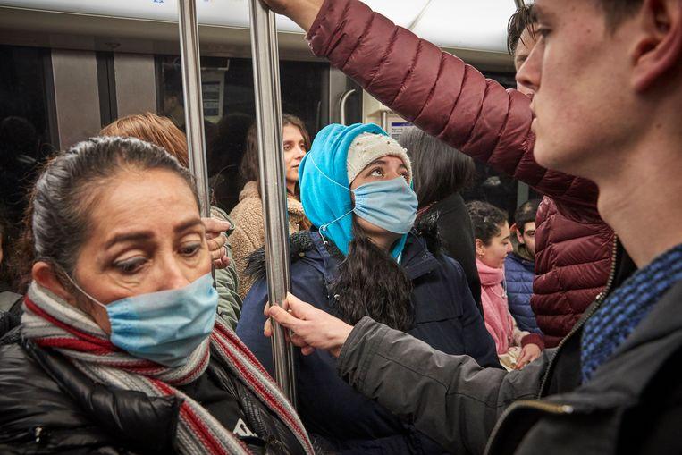 Parijzenaren met mondkapjes in de metro.  Beeld Getty Images