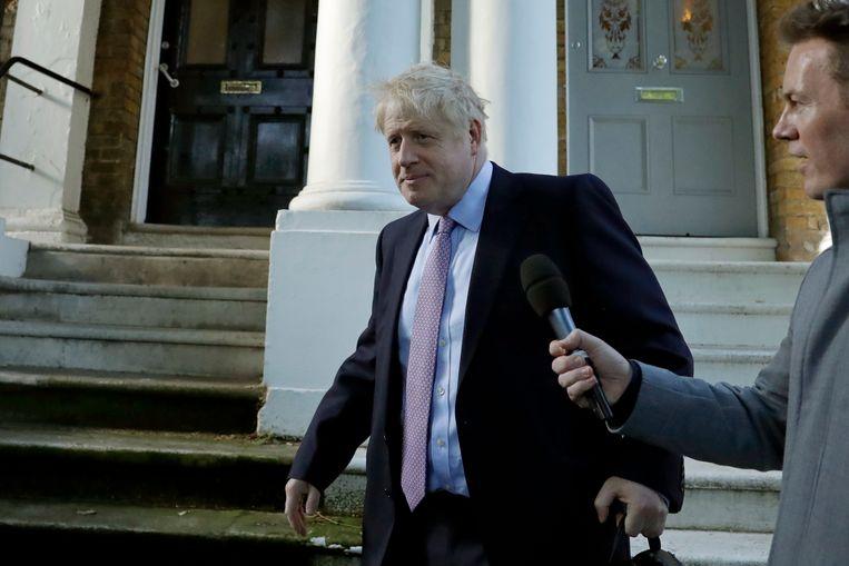 Boris Johnson verlaat zijn huis in Londen.  Beeld AP