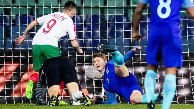 Spas Delev schiet de 1-0 langs debutant Matthijs de Ligt. Beeld ANP