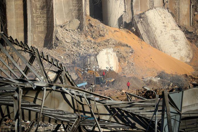 Reddingswerkers zoeken onder het puin.