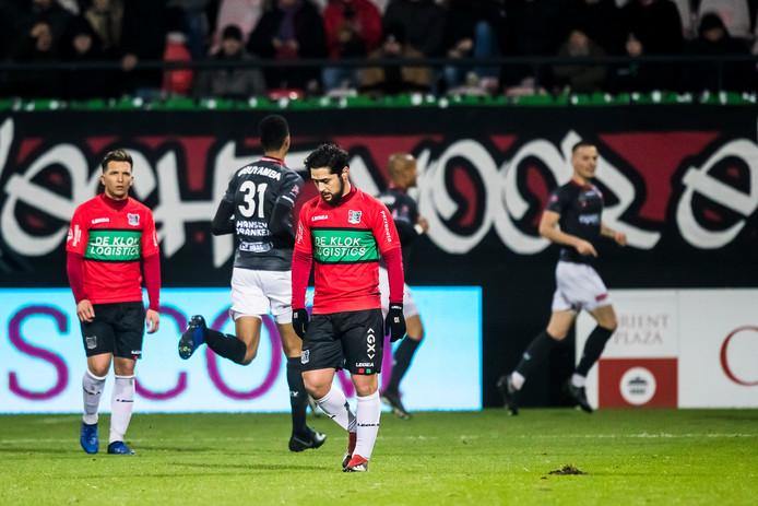 NEC-spelers Brahim Darri (links) en Anass Achahbar.
