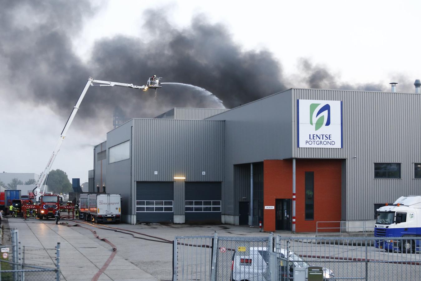 Grote rookontwikkeling bij de brand donderdagavond in de fabriek van Lentse Potgrond in Katwijk.