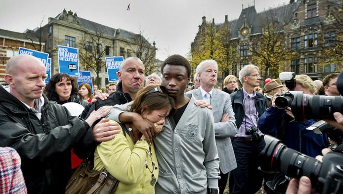 Mauro met zijn Nederlandse pleegmoeder op het Plein in Den Haag