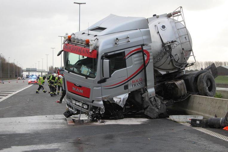 De verhakkelde vrachtwagen kwam tot stilstand op de middenberm.