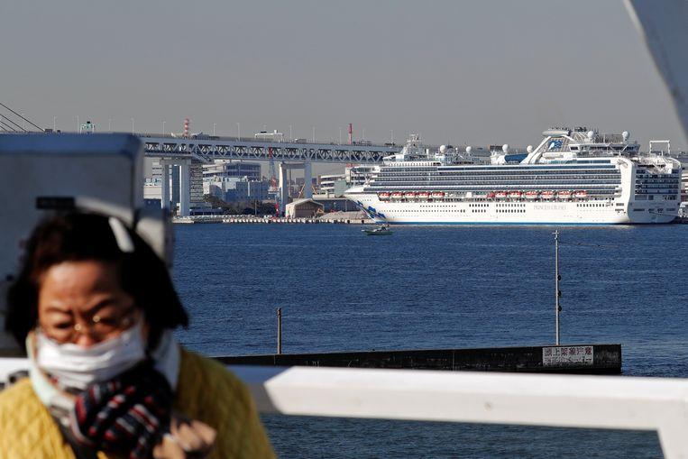 De Diamond Princess ligt in de haven van Yokohama, ten zuiden van Tokio, met 3.700 opvarenden.