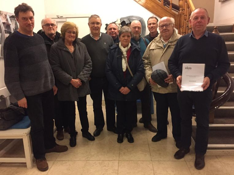 De senioren van Okra-Berlaar overhandigen het memorandum.
