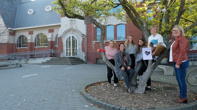 Marijke en Els samen met hun kinderen die het project mee steunen.