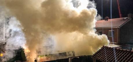 Enorme rookontwikkeling bij brand in schuren in Dieren